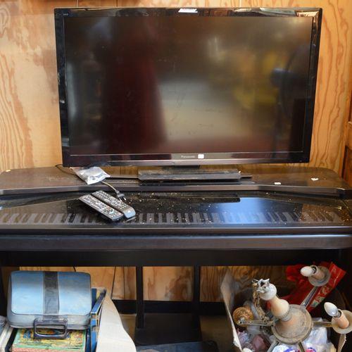 Un piano électrique Yamaha Clavinova et un téléviseur Panasonic