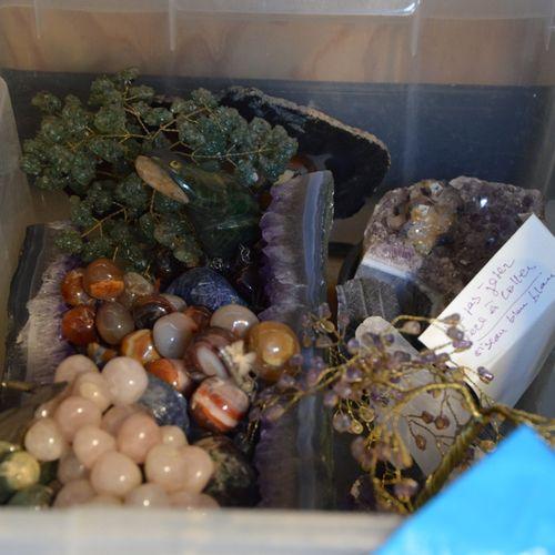 3 caisses comprenant des cailloux, pierre dures coquillages, etc