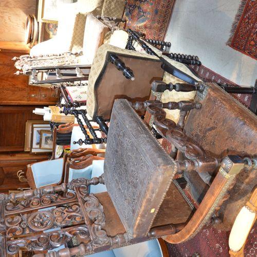 Important lot comprenant 2 chaises de 路易十五风格的白木家具,一把软垫扶手椅,一把扶手椅和两把雕花木椅,皮革座椅,3把发黑…