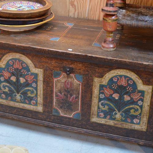 Lot comprenant un coffre et deux 彩绘木椅,可能是印度作品  65 x 150 x 67厘米的胸部  (原样)