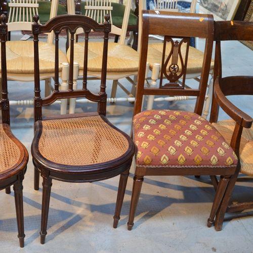 Paire de chaises à dossiers ajourés et assises cannées en forme de fer à cheval …