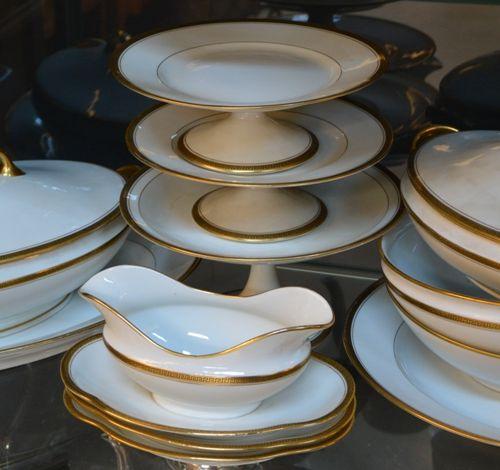 Limoges France, 白瓷餐具的重要部分,有金色镶边和希腊装饰。  (缺失茶壶的盖子)