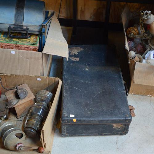 3 cartons de jouets, moulins à café, lampes et une valise de vêtements