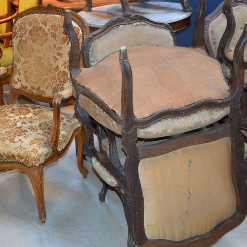 Suite de 5 fauteuils de style Louis XV, support d'accotoir et piètement fuselés …