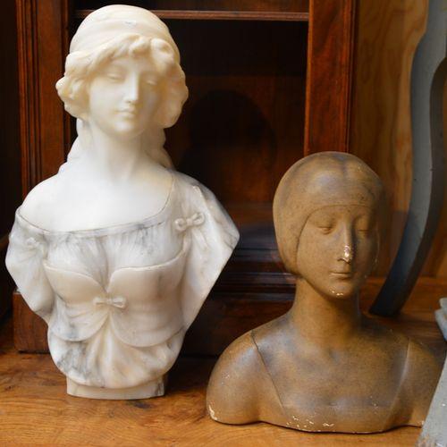 Lot comprenant un buste de jeune femme en marbre blanc et gris et un buste de je…