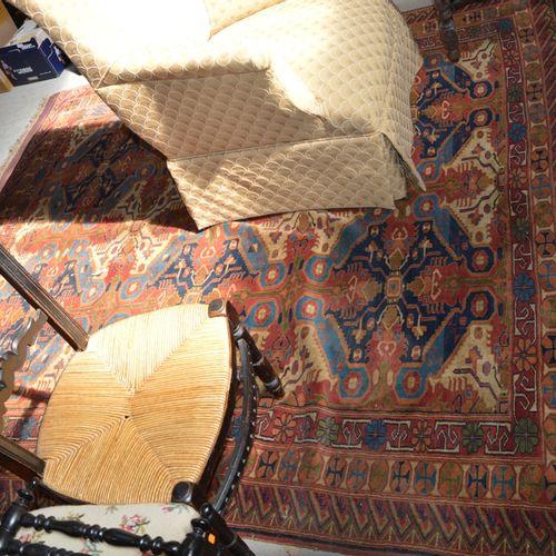 Un tapis a fond rouge à 蓝色和米色的几何设计  220 x 200 cm