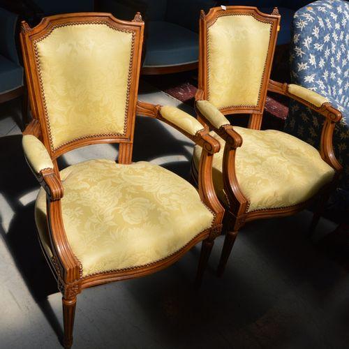 Paire de fauteuils en bois naturel, 宪兵帽背靠在有凹槽的锥形腿上。  过渡时期风格的路易十五 路易十六。  黄色布料的座椅