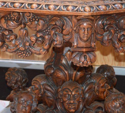 Guéridon de forme octogonal en chêne 丰富的雕刻,安放在一个有头像和天使的底座上。  雷尼森风格  76 x 100 x 1…