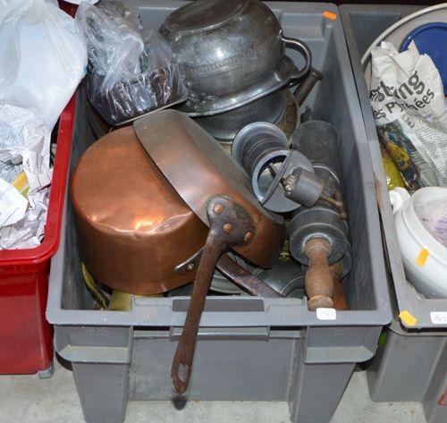 Trois caisses comprenant des étains, des 铜,陶瓷餐具等。