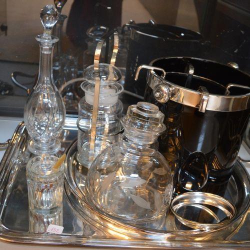 Lot comprenant un plateau en métal argenté, des carafes en verre, saut à champag…