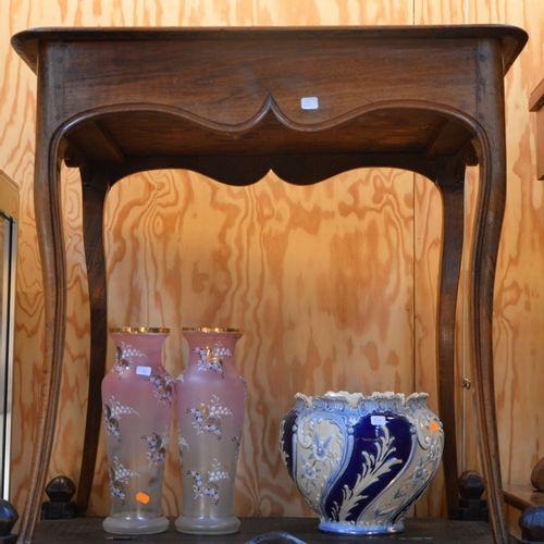 Petite table d'appoint en noyer reposant 锥形拱形腿上