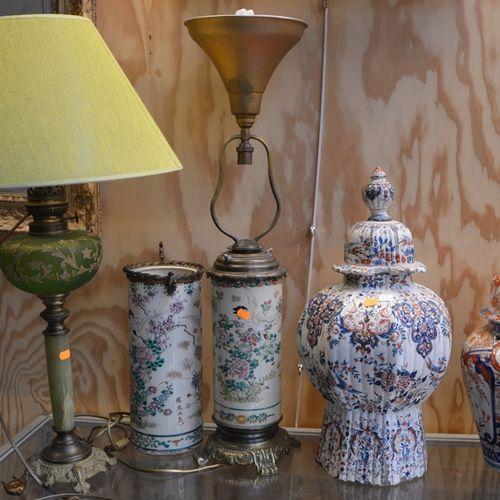 Lot comprenant 2 lampes, un vase, 2 pots couverts (importants accidents) et un c…