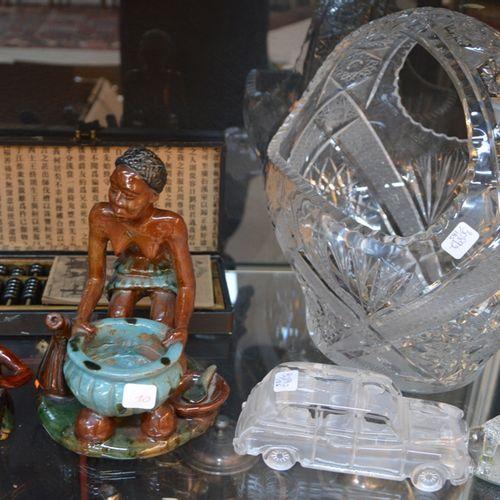 LOT COMPRENANT 3 statuettes d'africains, un boulier chinois, une coupe en crista…