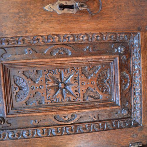 Important buffet en chêne sculpté à 装饰着神奇的动物、天使头像、半身像、花朵和贝壳,上面有三个门,下面有两个门。  文艺复兴…