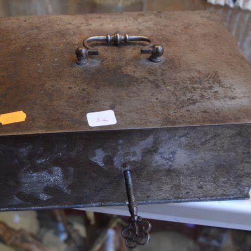 Un coffre en métal null