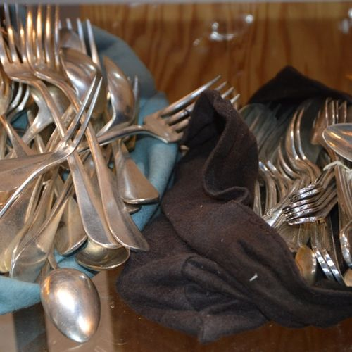 Lot de couverts en métal argenté dépareillés 包括服务和甜点餐具...