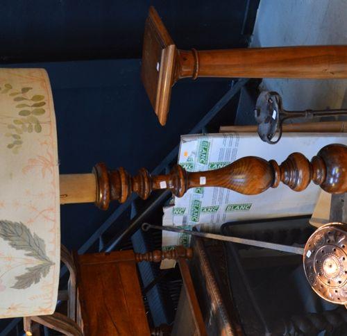Lot comprenant un piedestal en bois, un lampadaire en bois tourné avec son grand…