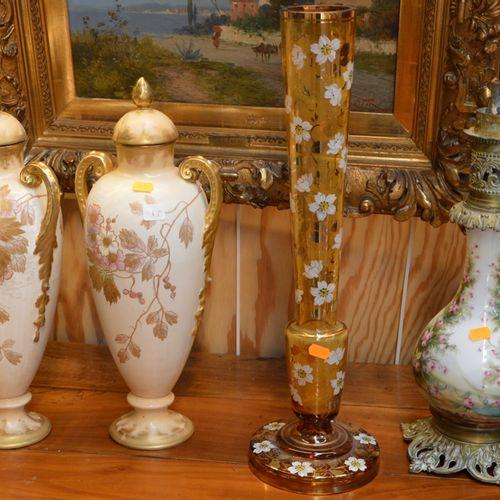 Lot comprenant 2 vases couvert en faïence, un vase en verre peint et une lampe à…