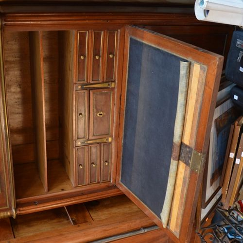 Un secrétaire de forme rectangulaire ouvrant par un tiroir, un abattant formant …