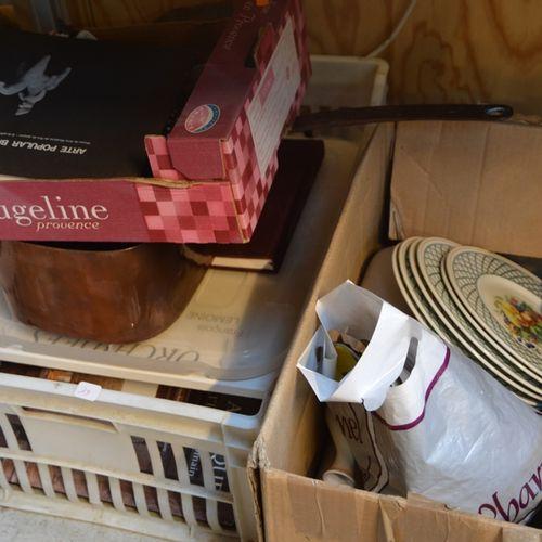 Une caisse comprenant des livres, des 铜器和杂项小玩意以及一箱陶器