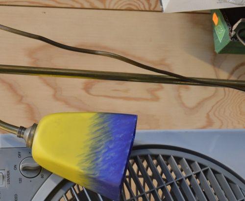 Lampe en laiton abat jour tulipe en verre jaune et bleu