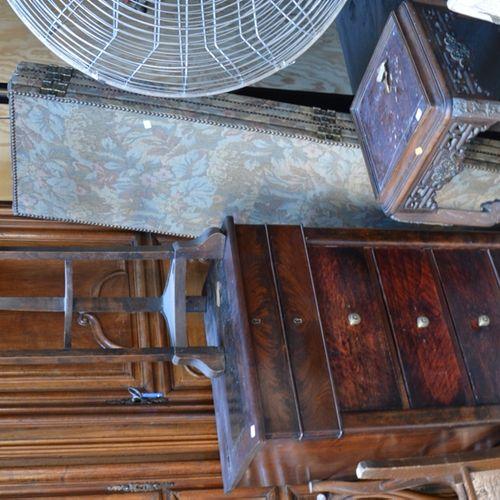 Lot comprenant un meuble à hauteur d'appui formant pupitre, une sellette chinois…