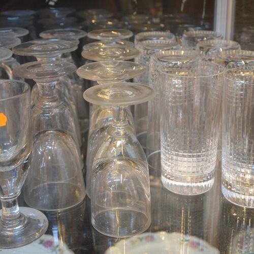 BACCARAT 8 verres à eau en cristal taillé.  On y joint 13 verres à pieds déparei…