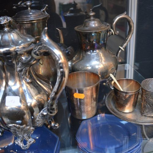 Un lot de métal argenté comprenant 茶壶、水壶等。