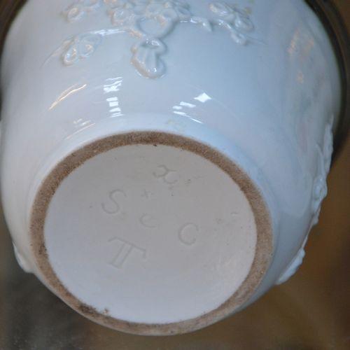 Un lot de céramiques dépareillées dont 2 pots couvert dans le gout Chantilly