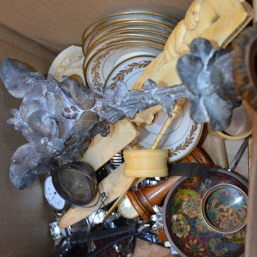 Un carton de bibelots divers dont 手表、烛台、骨器、瓷盘