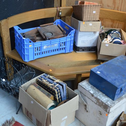 LOT COMPRENANT 工具箱、玩具、各种小饰品和一个杂志架
