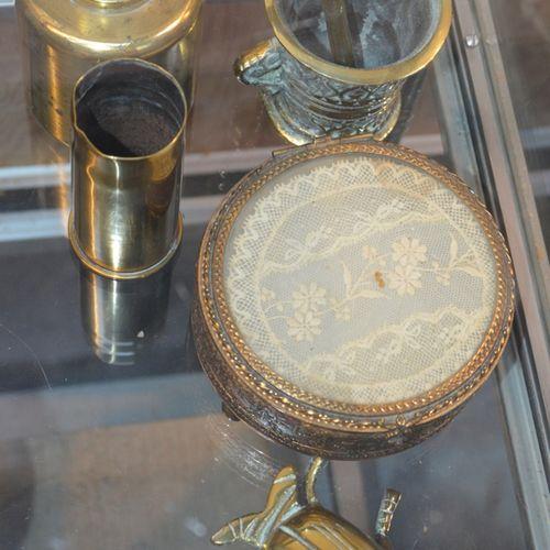 Lot de bibelots divers dont une boite couverte, 镀金的黄铜物品...