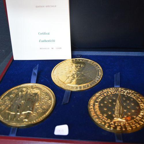 3 médailles consacrées à la vie de Charles De Gaulles en bronze doré dant son co…
