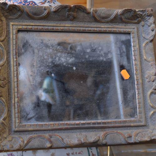 Petit miroir à poser, à décor 鎏金木的贝壳。  34.5 x 29 厘米。