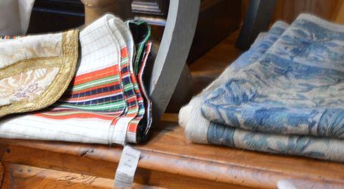 Un lot comprenant un tapis, une petite tapisserie et deux textiles dont un foula…