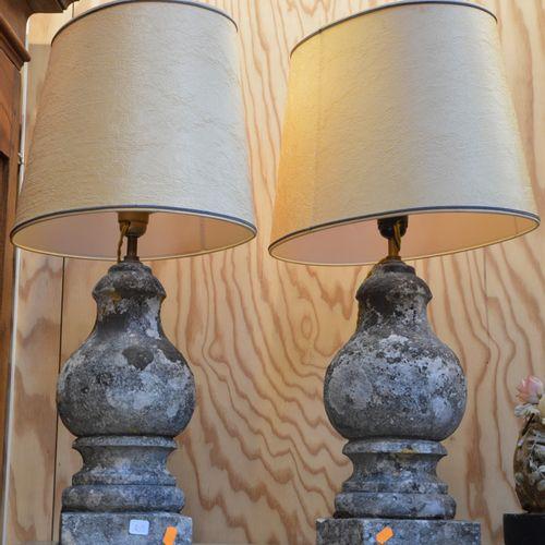 Une paire de lampes en pierre null
