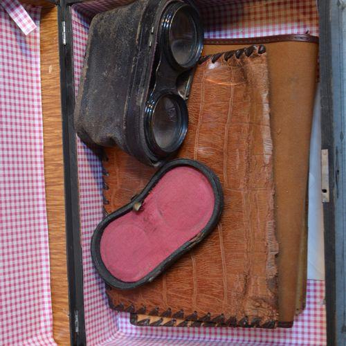 Un coffret en marquèterie orné de jumelles et pochettes (accidents)