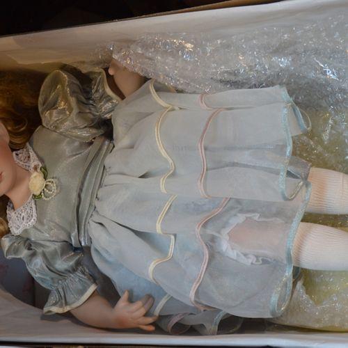 Un poupée en porcelaine DOLLS, tête bras et jambes en porcelaine, yeux fixes ouv…