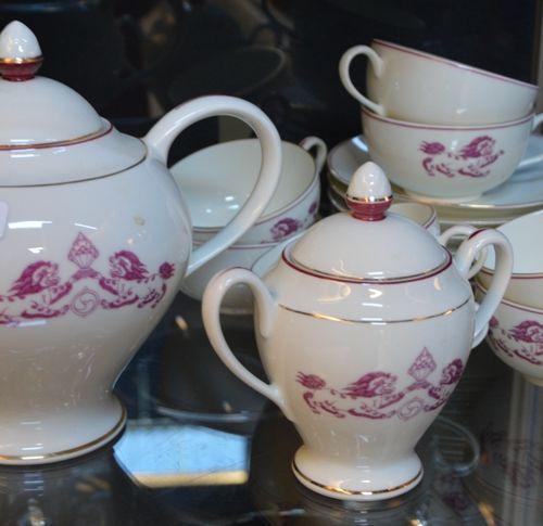 Limoges France, partie de service à thé en porcelaine blanche à décor de fleurs …
