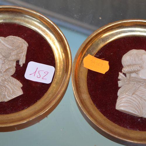 Paire de médaillons représentant Louis XVI et Marie Antoinette, en os