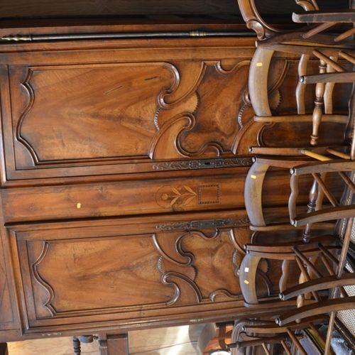 Une armoire en noyer ouvrant par deux portes à décor marqaueté de fleurs.  Trava…