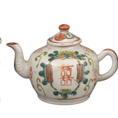 TW0 CHINESE PORCELAIN TEA CADDIES & TEAPOT, 18/19th CENTURY Famille Rose porcela…
