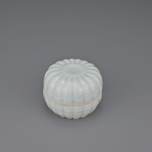 FINE CHINESE QINGBAI PORCELAIN PETAL LOBED BOX AND COVER, SONG DYNASTY The box a…