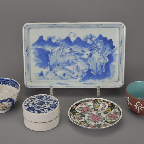 GROUP OF VARIOUS CHINESE PORCELAIN ITEMS, 18th/19th CENTURYComprising a blue and…