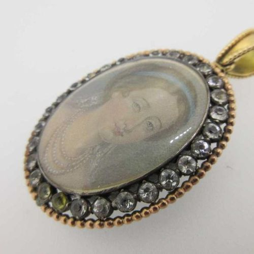 Le tableau ovale représentant Eugénie en jeune femme avec un ruban bleu dans ses…