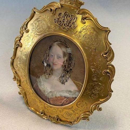 Aquarelle sur ivoire ; la duchesse assise, aux longs cheveux bruns bouclés, orné…