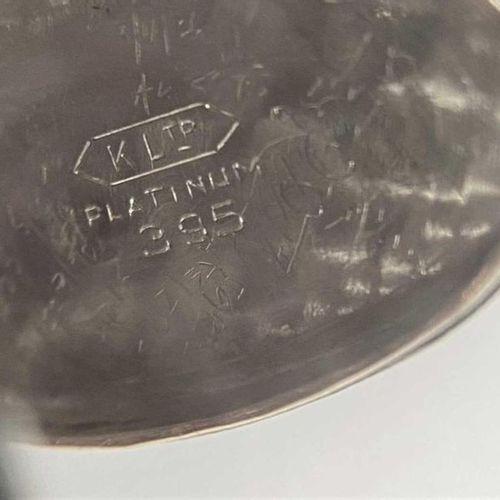 Le cadran ovale de couleur crème, de 10 mm de diamètre, avec des chiffres arabes…