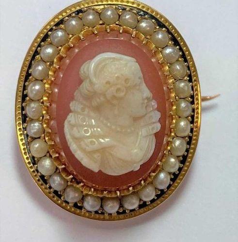 La première, une broche plus grande avec un portrait de femme en buste, une perl…