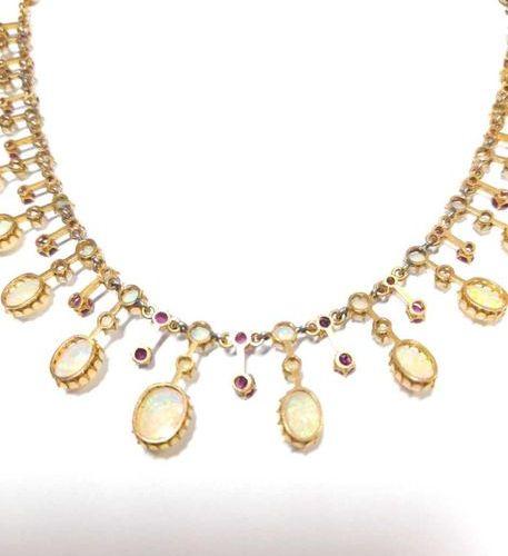 Le collier avec un ensemble central d'opales et de rubis gradués en alternance, …