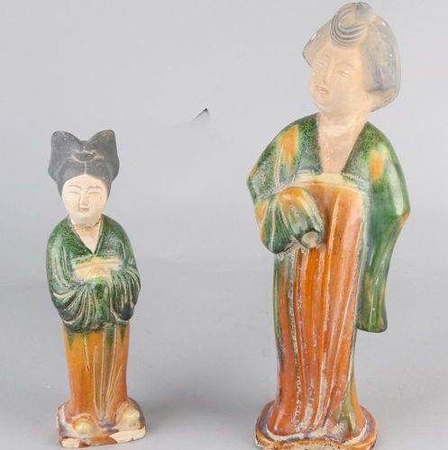 2x Chinese sculptures Deux figures chinoises en terre cuite émaillée. Des femmes…